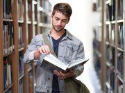 Estudiante en la biblioteca - pidiendo préstamo