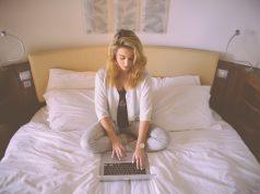 Mujer joven de 18 años buscando préstamo en línea