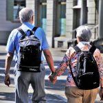 Jubilados touristas con mochillas – préstamos para pensionistas