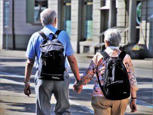 Jubilados touristas con mochillas - préstamos para pensionistas