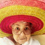 Pensionista – abuela en sombrero y gafas