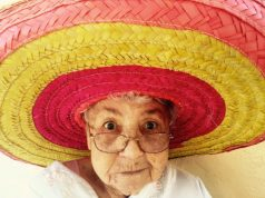 Pensionista - abuela en sombrero y gafas