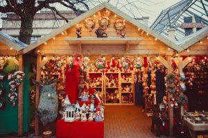 Puesto en el mercado de Navidad con regalos
