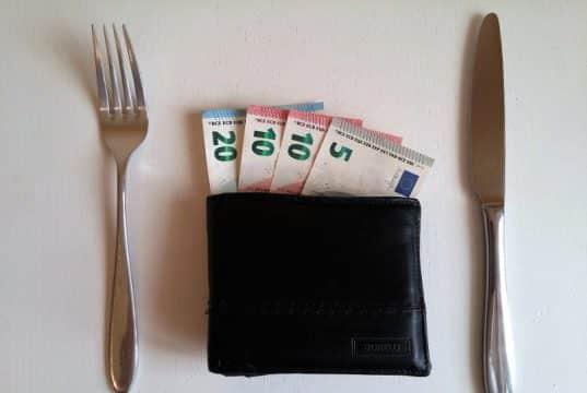 Banknotes de euro - cuchillo, tenedor - ahorrar en comida