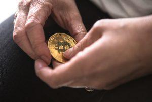 símbolo de bitcoin en manos de proprietario