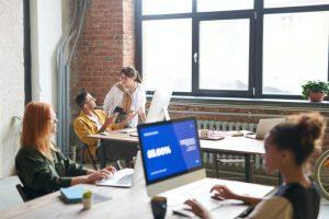 Empleados en oficina - una empresa