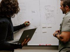 Dos emprendedores creando un model de negocio