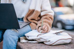 Una persona escribiendo al ordenador - trabajo