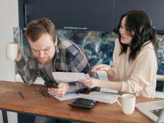 El choque de emprendedores leyendo la letra con las deudas del alguacil