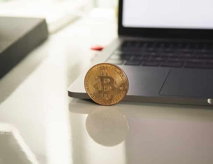Símbolo de bitcoin - seguraridad de criptomonedas - ordenador detrás