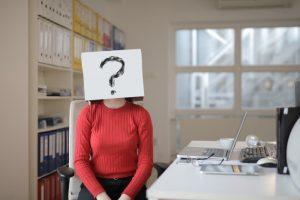 Una mujer con pregunta sin respuesta - bolsa en la cabeza - ordenador