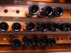 Botellas de alcohol como la inversión alternativa en la estantería