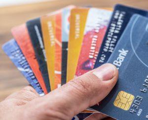 Varias tarjetas de crédito en la mano